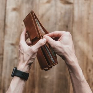 Hände halten einen Geldbeutel